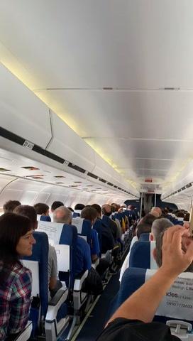 Hasta el piloto se vistió de azul y amarillo para llevar la fiesta canalla a Mendoza