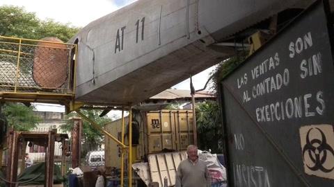 Un avión adorna el negocio de un barrio uruguayo y es símbolo de generaciones