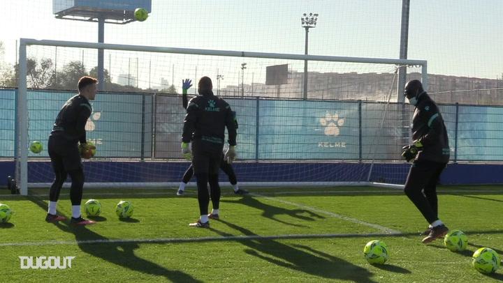 Espanyol goalkeepers work on their reflexes