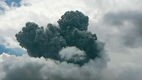 El volcán Sinabung de Indonesia entra en erupción