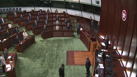 Abucheos y caos en el Parlamento impiden discurso de jefa del Ejecutivo de Hong Kong