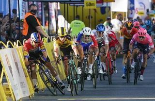Espeluznante caída en Vuelta a Polonia deja al ciclista Fabio Jakobsen en coma inducido