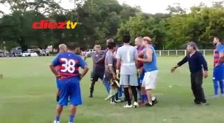 Exárbitro de Liga Nacional Geovanny Mendoza se va a los golpes en Torneo de Veteranos