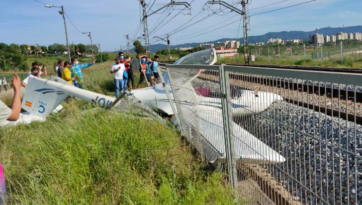Se estrella una avioneta sobre las vías del tren en Sabadell