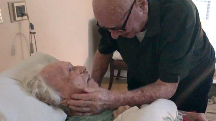 Howard tok rørende farvel med døende kone