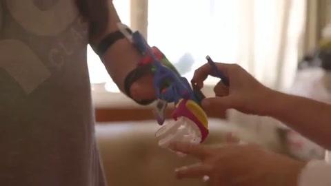 Gino Tubaro se vistió de Papá Noel y regaló prótesis 3D para Navidad
