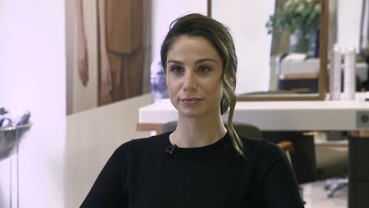 Lucía Villalón y el peinado de invitada en 3 tiempos
