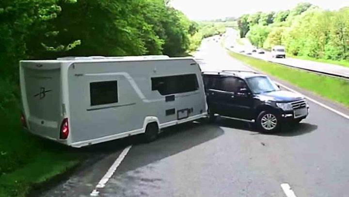 Plutselig mister sjåføren kontroll over campingvognen