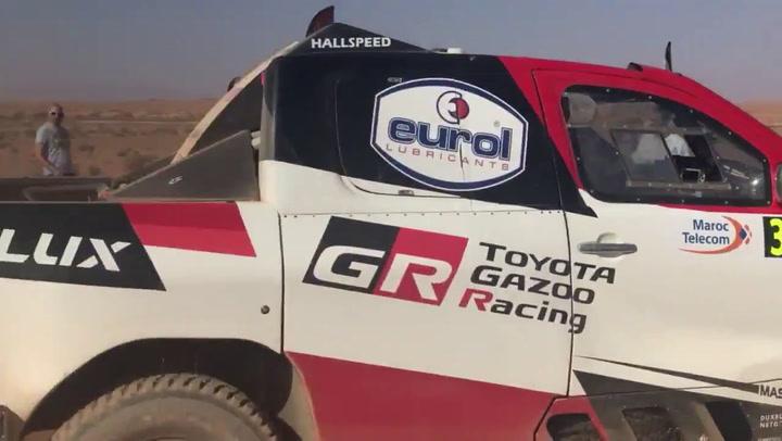 Fernando Alonso llega a la línea de meta de la etapa del domingo en el Rally de Marruecos