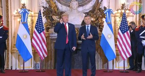 Trump se enojó con la traducción y arrojó el auricular al piso