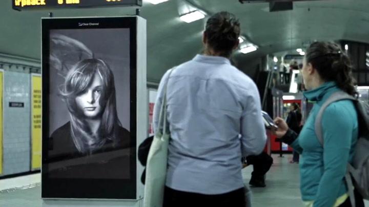 Hårreisende reklame på svensk togstasjon