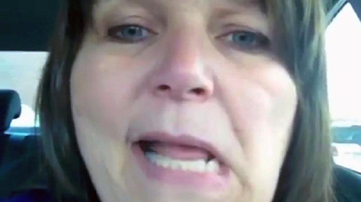 Her filmer Stacey at hun får et slag