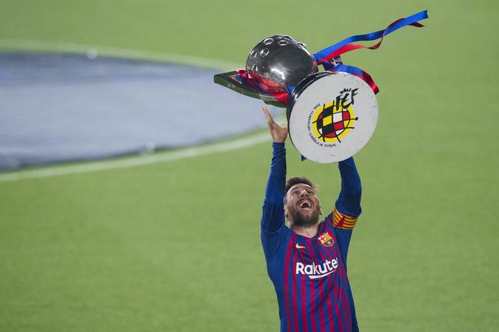 Rubiales entrega la Liga a Messi