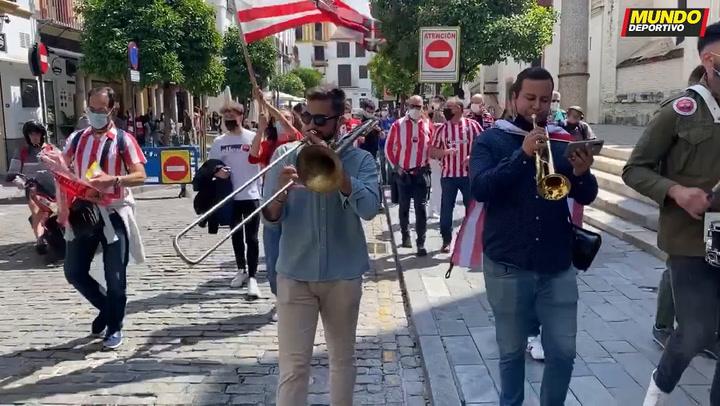 Mini rúa rojiblanca por las calles de Sevilla
