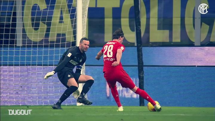 Samir Handanović denies Dušan Vlahović in ACF Fiorentina clash