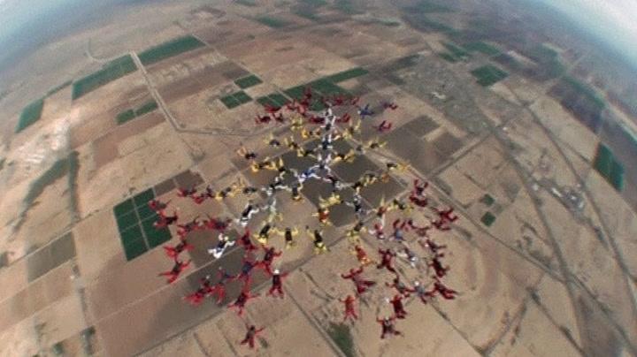 222 fallskjermhoppere øver på ny verdensrekord