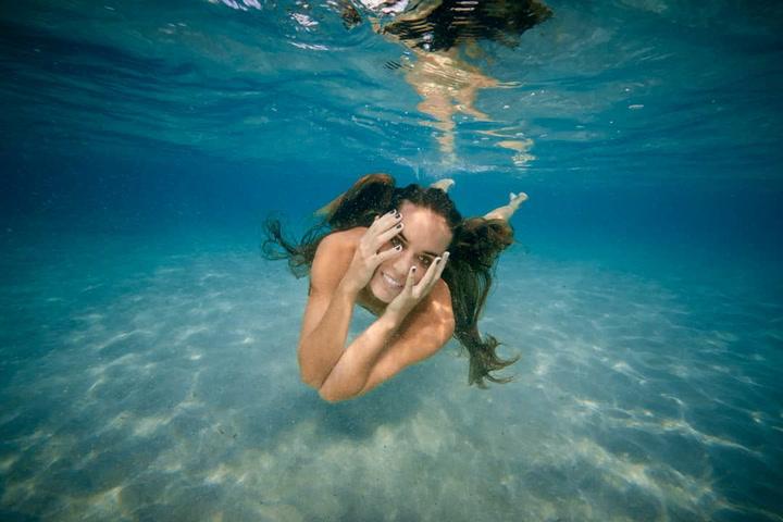 Ona Carbonell se sumerge bajo el mar para luchar contra la contaminación de los océanos