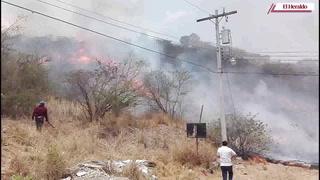 Incendio forestal en Cerro Grande 8, a punto de consumir viviendas