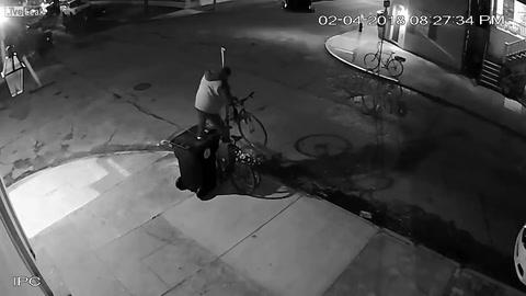 Increíble: desmontó una señal de tránsito para robarse una bicicleta