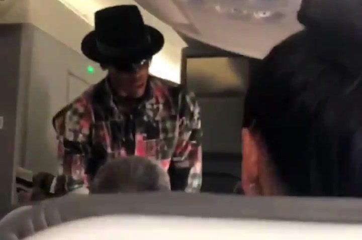 Cam Newton, jugador de la NFL, ofrece 1500 dólares por cambiar de asiento en un avión