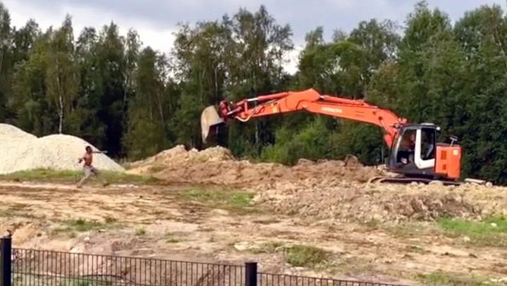 Mann tok opp kampen mot gravemaskin