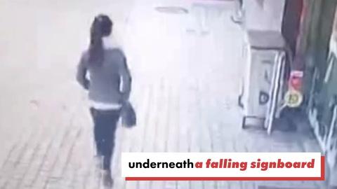 Una mujer fue aplastada por un cartel gigante y sobrevivió