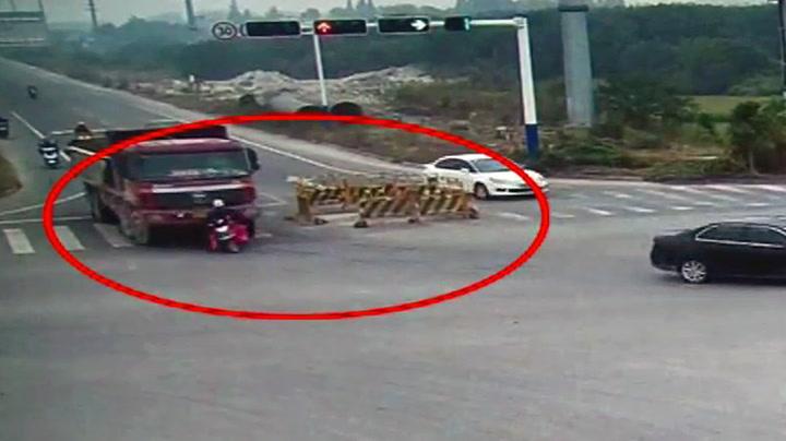 Mopedist overkjørt av lastebil - har englevakt