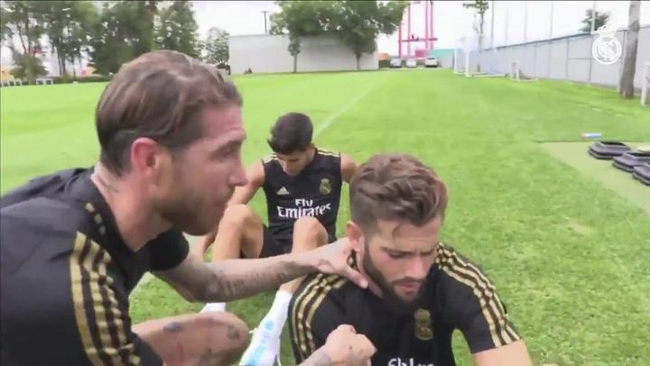 Sergio Ramos hizo de 'periodista' para Real Madrid TV preguntándole a Nacho y Carvajal sobre sus derrotas en los partidillos de los entrenamientos
