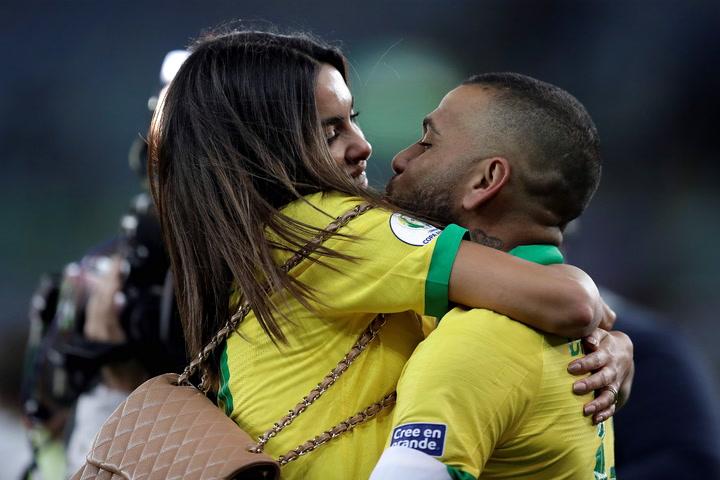 La apasionada celebración de Dani Alves y Joana Sanz tras proclamarse campeón de la Copa América