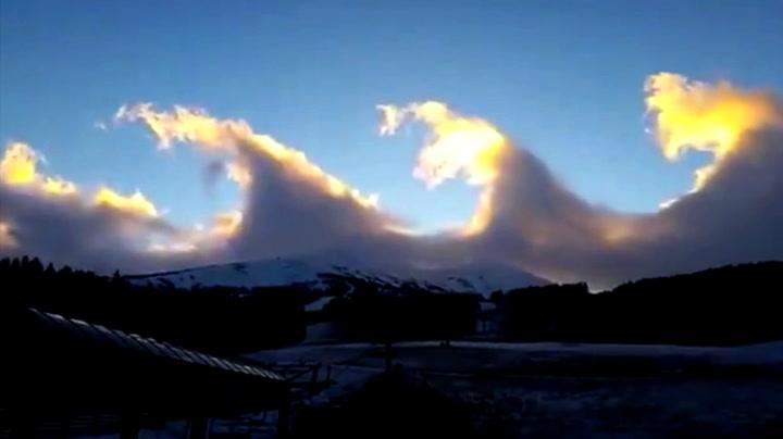 Sjeldne bølge-skyer danset over fjelltoppene