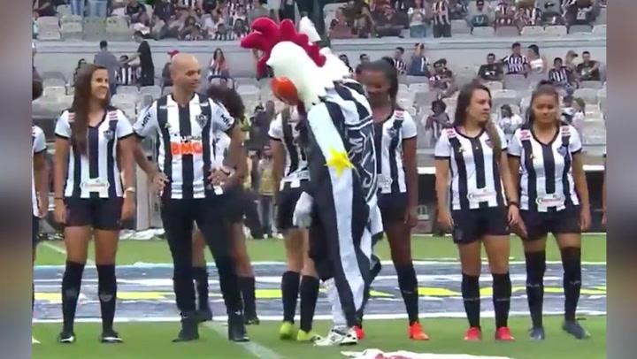 Despiden a la mascota del Atlético Mineiro por gestos obscenos a una jugadora