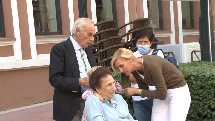 La infanta Margarita, muy cariñosa con su nieto, el pequeño Carlos, en el cumpleaños de María Zurita