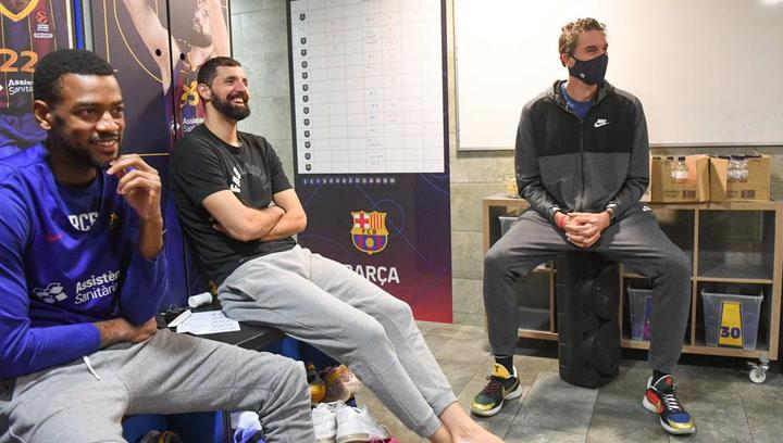 Pau Gasol visita a sus nuevos compañeros del Barça