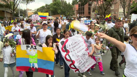 Masiva manifestación en Colombia tras ataque con coche bomba