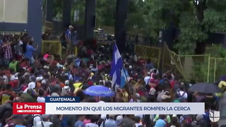 Momento en el que los migrantes de la caravana rompen la cerca