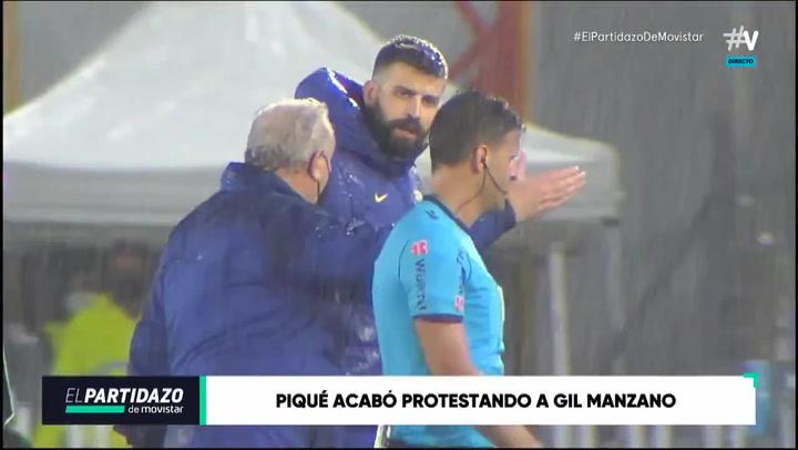 Piqué saltó al terreno de juego tras el partido para protestar al colegiado Gil Manzano