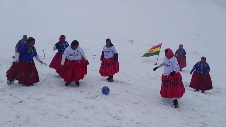 Bolivian female climbers have kickabout at altitude of nearly 6,000m