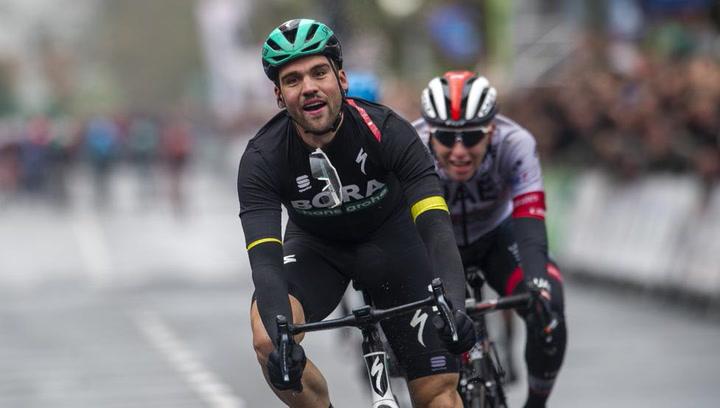 Schachmann se lleva la victoria de etapa al sprint