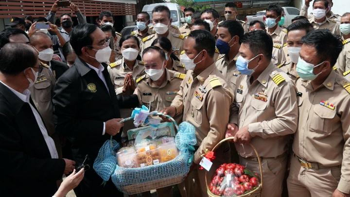 """นายกฯ ตรวจสถานการณ์น้ำเพชรบุรี ชาวบ้านยกป้ายเชียร์ """"รักลุงตู่"""""""
