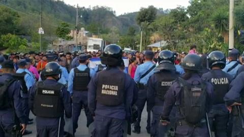 Nueva caravana hondureña rompe cerco policial en Guatemala