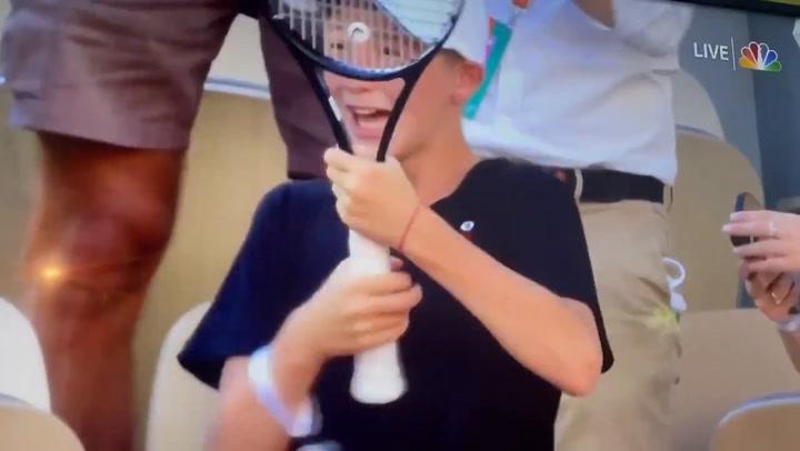 La viral reacción de un niño al que Djokovic le regala su raqueta