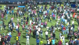 Lanzan gas lacrimógeno y evacúan a los aficionados en el estadio Nacional
