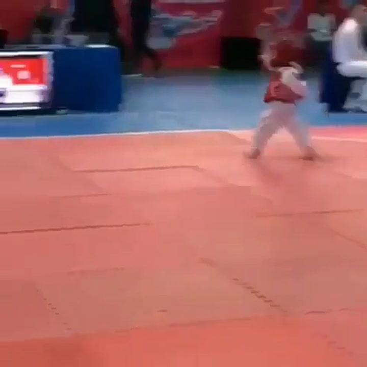 Un niño imita a  Conor McGregor sobre el tatami