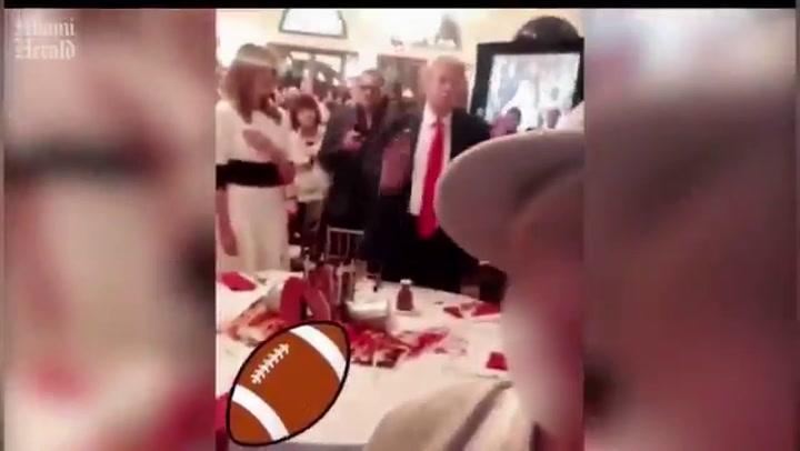 Donald Trump, en actitud poco seria mientras suena el himno de Estados Unidos en la Super Bowl