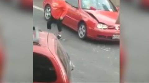 Mujer enfurece y destroza un automóvil tras un percance vial en México