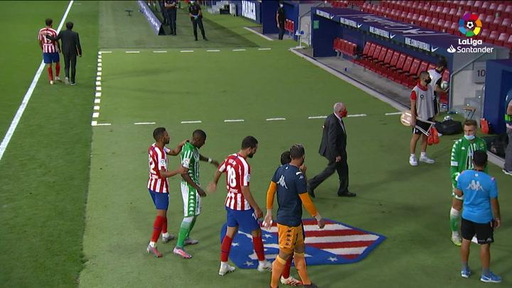 Lodi impide que Emerson pise el escudo del Atlético