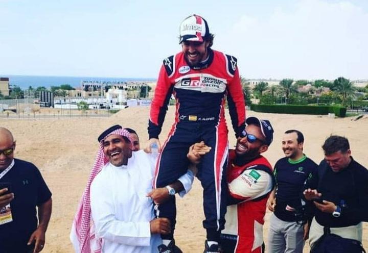 Fernando Alonso celebra su 3er lugar en la última etapa del Rally de Arabia Saudí