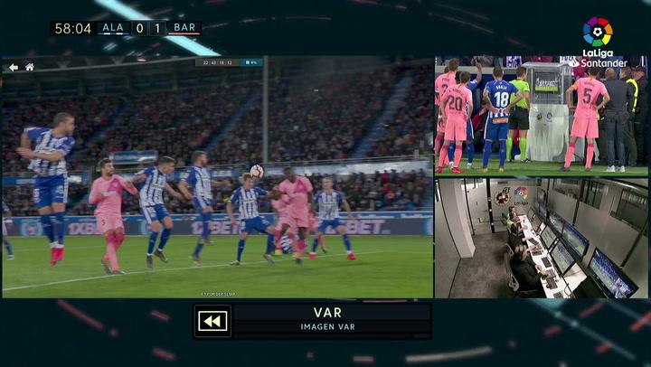 LaLiga: Alavés - Barça. El árbitro señala penalti tras consultar del VAR por manos de Tomás Pina