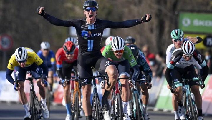 Cees Bol gana por fuerza el segundo sprint de la París-Niza, Bennett pierde el liderato