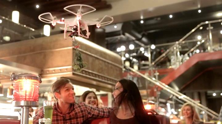 Se hva som skjer når kelneren sender ut misteltein med drone